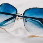 色の濃いサングラスは眼によくない?